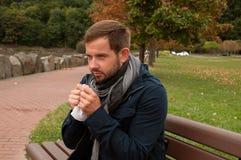 Το άτομο έχει το κρύο ή γρίπη Το άτομο έχει το κρύο σύλληψης Στοκ φωτογραφία με δικαίωμα ελεύθερης χρήσης