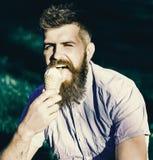 Το άτομο έχει το παγωτό Έννοια λιχουδιών Γενειοφόρο άτομο με τον κώνο παγωτού Άτομο με τη γενειάδα και mustache στα ευτυχή γλειψί Στοκ εικόνες με δικαίωμα ελεύθερης χρήσης