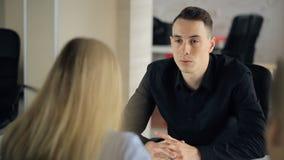 Το άτομο έχει τη συνέντευξη εργασίας στην επιχειρησιακή επιχείρηση απόθεμα βίντεο