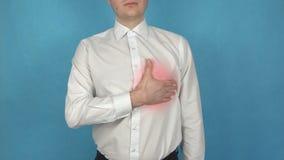Το άτομο έχει τον πόνο καρδιών πριν από τα pectoris μυοκαρδιακού εμφράγματος ή στηθάγχης Myocarditis Έννοια Pericarditis ή Endoca απόθεμα βίντεο