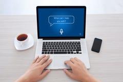 Το άτομο δίνει το πληκτρολόγιο lap-top δακτυλογράφησης με app το προσωπικό βοηθητικό SCR Στοκ Εικόνες