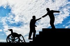 Το άτομο δίνει το χέρι βοηθείας στο με ειδικές ανάγκες άτομο στην αναπηρική καρέκλα Στοκ εικόνες με δικαίωμα ελεύθερης χρήσης