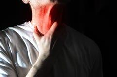 Το άτομο αγγίζει τον επώδυνο λαιμό του, λαιμός, θερμοκρασία, runny μύτη, στοκ εικόνες