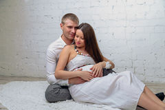 Το άτομο αγκαλιάζει την έγκυο σύζυγό του Στοκ φωτογραφίες με δικαίωμα ελεύθερης χρήσης