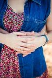 Το άτομο αγκαλιάζει το κορίτσι Στοκ εικόνα με δικαίωμα ελεύθερης χρήσης