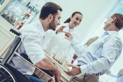 Το άτομο αγοράζει τα φάρμακα στο φαρμακείο στοκ φωτογραφία με δικαίωμα ελεύθερης χρήσης