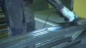Το άτομο αλέθει το μέταλλο Ο εργαζόμενος ` s δίνει κοντά επάνω Παραδίδει τα ειδικά λειτουργώντας γάντια Διαδικασία εργασίας στο κ απόθεμα βίντεο