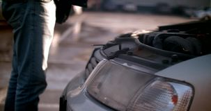 Το άτομο ανοίγει την κουκούλα στο αυτοκίνητο φιλμ μικρού μήκους