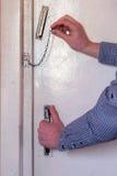 Το άτομο ανοίγει την πόρτα, ανοίγει την αλυσίδα Στοκ φωτογραφίες με δικαίωμα ελεύθερης χρήσης