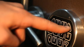 Το άτομο ανοίγει το χρηματοκιβώτιο με ένα κωδικοποιημένο κλείδωμα κοντά απόθεμα βίντεο