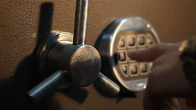 Το άτομο ανοίγει το χρηματοκιβώτιο με ένα κωδικοποιημένο κλείδωμα κοντά φιλμ μικρού μήκους