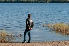 Το άτομο απολαμβάνει τη φύση στην ακτή λιμνών Στοκ εικόνες με δικαίωμα ελεύθερης χρήσης