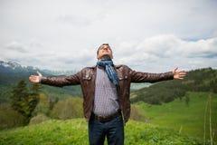 Το άτομο απολαμβάνει με την ελευθερία αισθάνεται στην κορυφή του βουνού Στοκ Εικόνες