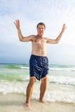 Το άτομο απολαμβάνει την όμορφη αμμώδη παραλία Στοκ φωτογραφία με δικαίωμα ελεύθερης χρήσης