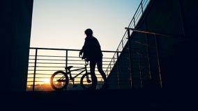 Το άτομο αρπάζει ένα ποδήλατο και πηγαίνει απόθεμα βίντεο