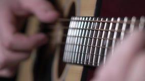 Το άτομο αρχίζει την κιθάρα, δυναμική αλλαγή της εστίασης, κλείνει επάνω απόθεμα βίντεο