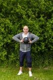 Το άτομο ασκεί υπαίθρια με μια σφαίρα ιατρικής 3 χιλιογράμμου Στοκ Φωτογραφίες