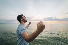 Το άτομο αυξάνεται χέρια επάνω στην αποβάθρα λιμνών Στοκ Εικόνα