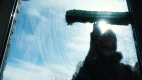Το άτομο αφρίζει το βρώμικο παράθυρο του στο σπίτι στην κινηματογράφηση σε πρώτο πλάνο μπαλκονιών φιλμ μικρού μήκους