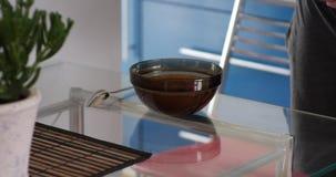 Το άτομο βάζει ένα πιάτο της σούπας στον πίνακα φιλμ μικρού μήκους