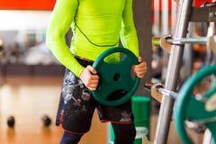 Το άτομο βάζει το βάρος στο φραγμό στη γυμναστική Στοκ Φωτογραφία