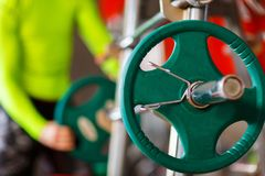 Το άτομο βάζει το βάρος στο φραγμό στη γυμναστική Στοκ εικόνα με δικαίωμα ελεύθερης χρήσης