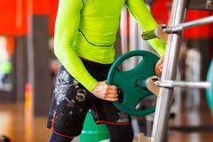 Το άτομο βάζει το βάρος στο φραγμό στη γυμναστική Στοκ Εικόνες