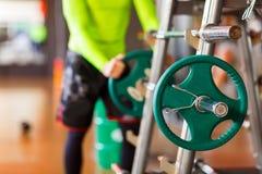 Το άτομο βάζει το βάρος στο φραγμό στη γυμναστική Στοκ εικόνες με δικαίωμα ελεύθερης χρήσης