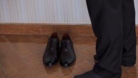 Το άτομο βάζει στα παπούτσια απόθεμα βίντεο