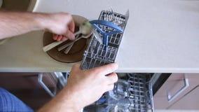 Το άτομο βάζει τα μαχαιροπήρουνα στο καλάθι απόθεμα βίντεο