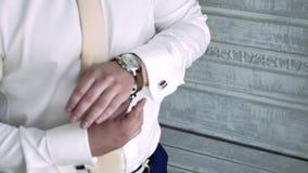 Το άτομο βάζει το χέρι του στο ρολόι απόθεμα βίντεο