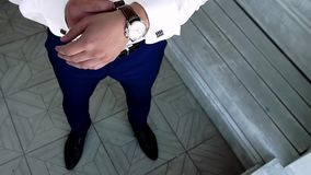 Το άτομο βάζει το χέρι του στο ρολόι φιλμ μικρού μήκους