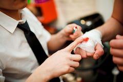 Το άτομο βάζει greasepaint στον επίδεσμο πυγμών του, λέσχη πάλης Στοκ Εικόνα