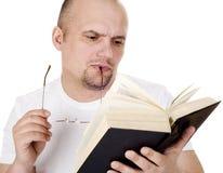 το άτομο Βίβλων διαβάζει Στοκ εικόνα με δικαίωμα ελεύθερης χρήσης