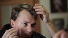 Το άτομο βγάζει την γκρίζος-μαλλιαρή τρίχα απόθεμα βίντεο