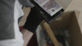 Το άτομο βρήκε τα χρήματα στο κιβώτιο Το άτομο ψάχνει κάτι σε ένα κιβώτιο απόθεμα βίντεο