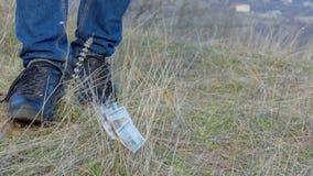 Το άτομο βρήκε τα χρήματα φιλμ μικρού μήκους