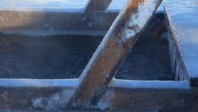 Το άτομο βυθίζεται στο κρύο νερό απόθεμα βίντεο