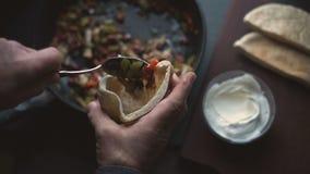 Το άτομο γεμίζει tortilla με το γέμισμα Μεξικάνικο πιάτο βίντεο φιλμ μικρού μήκους