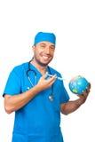Το άτομο γιατρών ανοσοποιεί τη γήινη σφαίρα Στοκ Φωτογραφίες