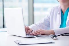 Το άτομο γιατρών που εργάζεται στον υπολογιστή στο εργαστήριο Στοκ φωτογραφίες με δικαίωμα ελεύθερης χρήσης