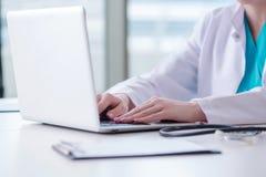 Το άτομο γιατρών που εργάζεται στον υπολογιστή στο εργαστήριο Στοκ Εικόνες