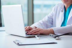 Το άτομο γιατρών που εργάζεται στον υπολογιστή στο εργαστήριο Στοκ Εικόνα