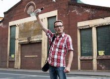 Το άτομο γιορτάζει τη νίκη ποδοσφαίρου με ένα μπουκάλι της βότκας Στοκ φωτογραφίες με δικαίωμα ελεύθερης χρήσης