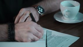 Το άτομο γράφει στο copybook φιλμ μικρού μήκους