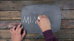 Το άτομο γράφει τη ΜΕΤΑΛΛΕΙΑ λέξης με την κιμωλία σε έναν πίνακα κιμωλίας, τυποποιημένο ως σκέψη απόθεμα βίντεο