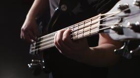 Το άτομο γρατζουνά και παίζει την ηλεκτρική κιθάρα Χορδή στην κιθάρα closeup φιλμ μικρού μήκους