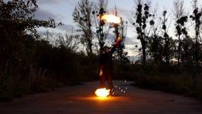 Το άτομο γυρίζει δύο σφαίρες στα μακριά σκοινιά τη νύχτα φαίνεται μαγικό στην slo-Mo απόθεμα βίντεο