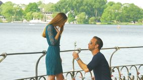 Το άτομο δίνει ένα λουλούδι στη φίλη του και την εκπλήσσει με την πρόταση γάμου απόθεμα βίντεο