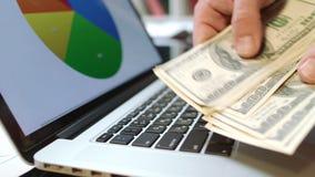 Το άτομο δίνει τα μετρώντας μετρητά χρημάτων στην αρχή λευκό επιχειρησιακής απομονωμένο έννοια επιτυχίας απόθεμα βίντεο